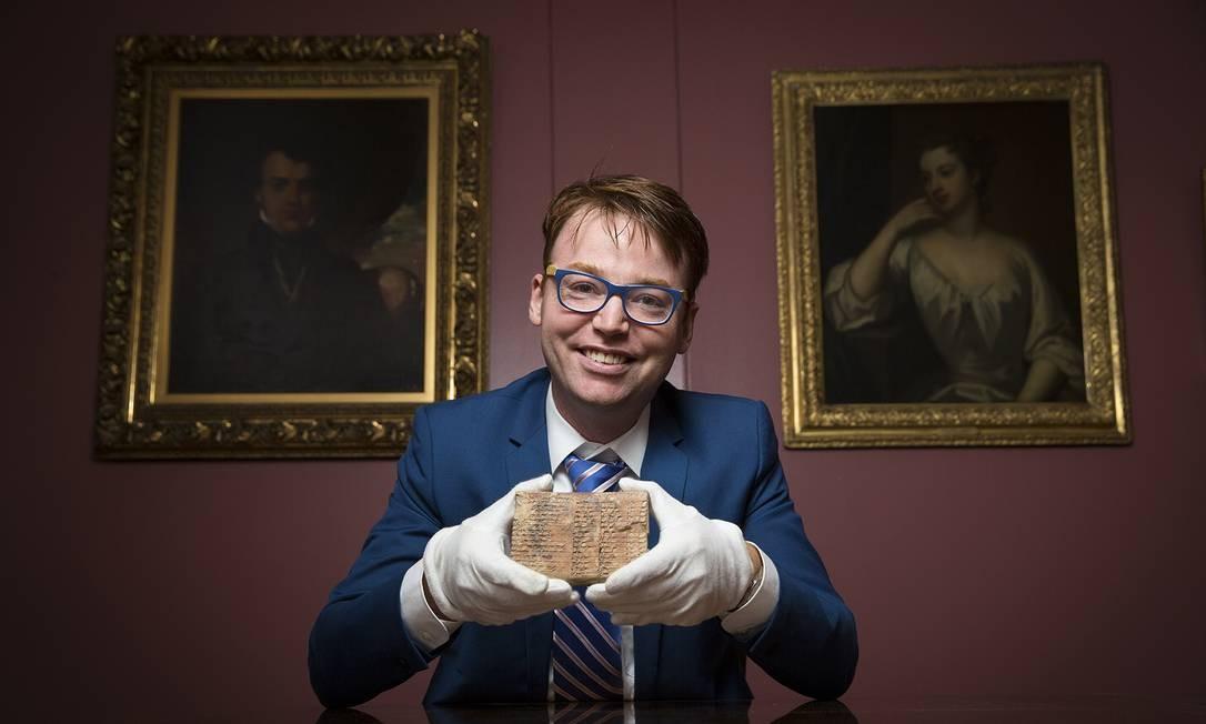 Daniel Mansfield, um dos autores do estudo, segura tábua babilônica de 3,7 mil anos, hoje guardada na Biblioteca de Livros e Manuscritos Raros da Universidade Colúmbia, em Nova York, EUA Foto: UNSW/Andrew Kelly