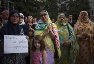 Muçulmanos durante manifestação contra crimes de ódio islamofóbicos, em Granada, nesta quarta-feira (23); o protesto foi organizado após a maior mesquita da cidade ter sido atacada Foto: JORGE GUERRERO / AFP