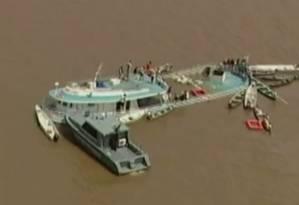 Barco naufragado em Manacapuru, em 2008 Foto: Reprodução de TV