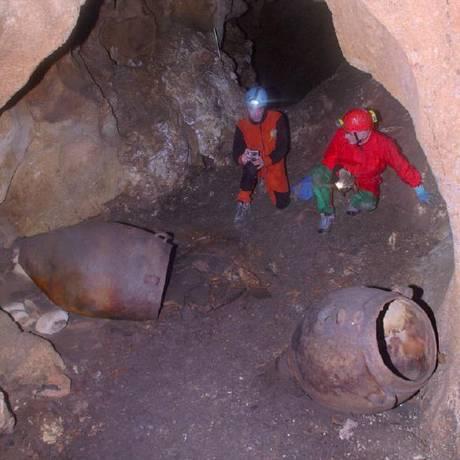 Pesquisadores junto às jarras quase intactas encontradas no sítio de Monte Kronio, na costa Sudoeste da Sicília Foto: Davide Tanasi/ University of South Florida