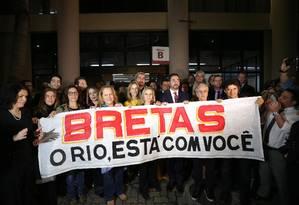 Ao lado de Caetano Veloso, Marcelo Bretas segura faixa de apoio levada por movimento pró-impeachment de Dilma Rousseff Foto: Márcio Alves / Agência O Globo