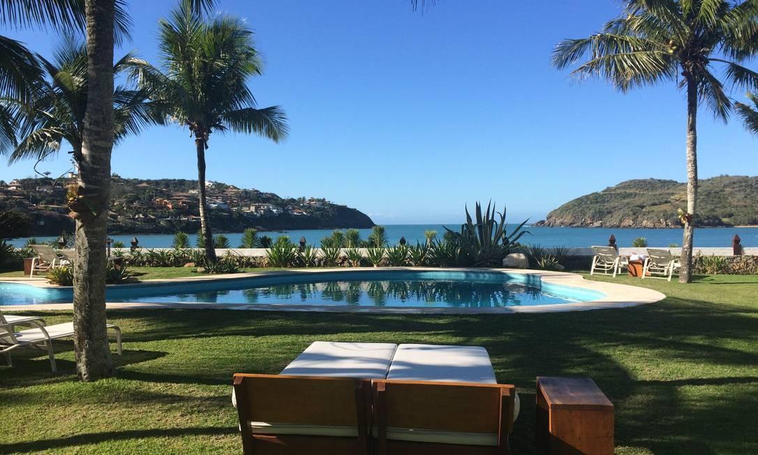 Vista da piscina e da praia da Ferradura do jardim do Hotel Villa Raphael Foto: Luciane Costa / Luciane Costa