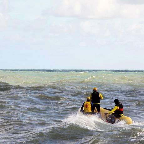 Agentes do Corpo de Bombeiros buscam sobreviventes de naufrágio perto da Ilha de Itaparica Foto: LUCIO TAVORA / AFP