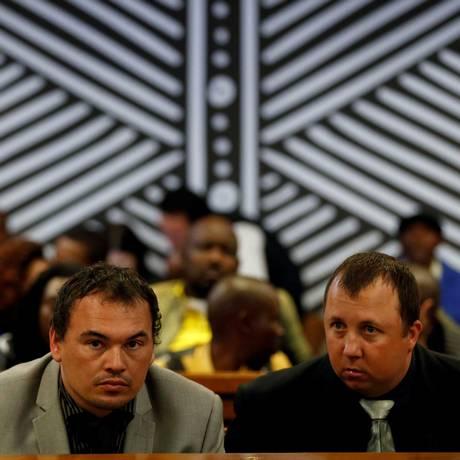 Willem Oosthuizen e Theo Martins durante audiência em Delmas, na província de Mpumalanga, na África do Sul Foto: Siphiwe Sibeko / REUTERS