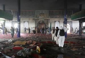 Afegãos inspecionam interior de mesquita após ataque suicida em Cabul Foto: OMAR SOBHANI / REUTERS
