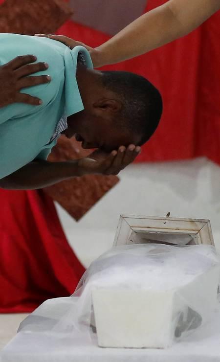 Renivaldo Coutinho, pai do menino Davi Gabriel, de 6 meses, chora ao lado do caixão da criança. Abalada, mãe do menino não conseguiu acompanhar a cerimônia Foto: Edilson Dantas / Agência O Globo