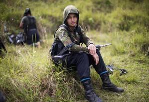 Combatente das Farc descansa no estado de Antioquia, na Colômbia Foto: Rodrigo Abd / AP