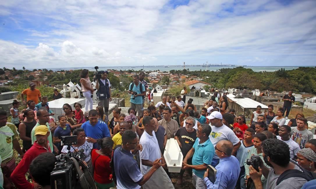 Moradores de Mar Grande acompanharam últimas homenagens a vítimas de naufrágio na Baía de Todos os Santos, que causou a morte de 18 pessoas Foto: Edilson Dantas / Agência O Globo