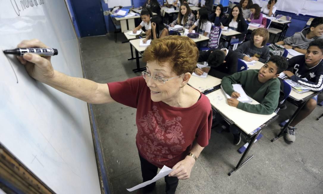 A professora de português na Escola Municipal Alzira Araújo, Syldea Duarte Pinto, há mais de trinta anos na mesma escola. Foto: Roberto Moreyra / Agência O Globo