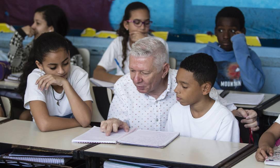 Getulio com seus alunos Foto: Fernando Lemos / Agência O Globo