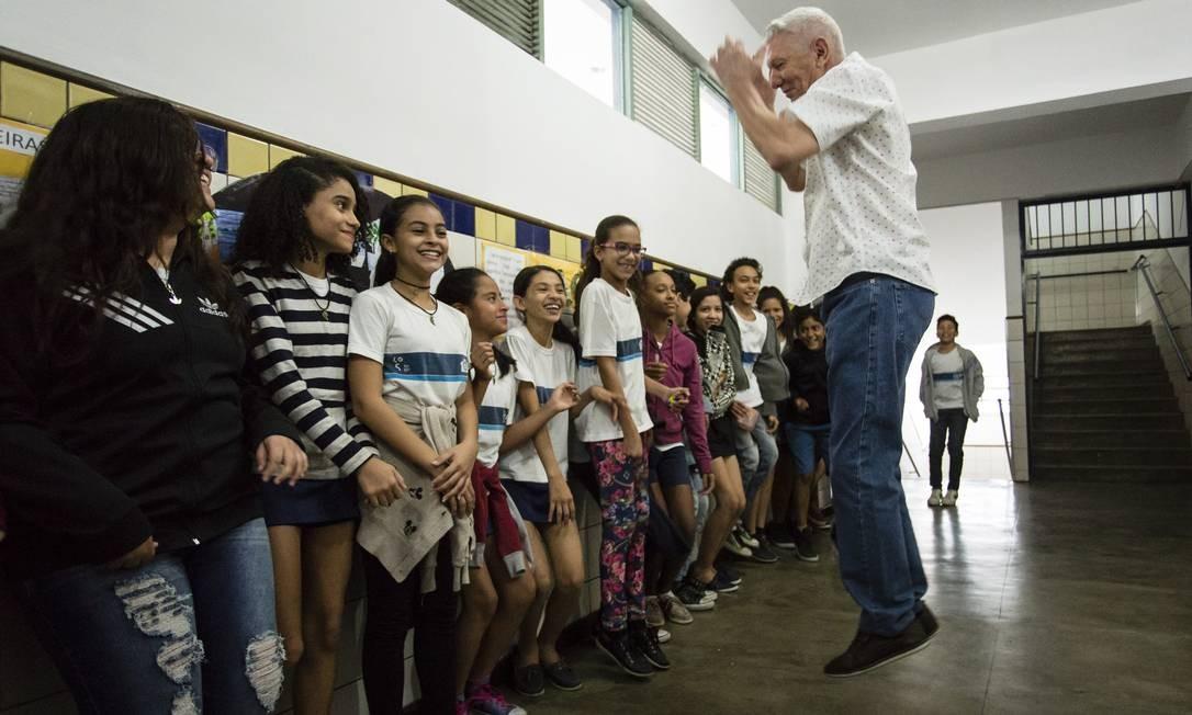 Getulio Benevides, também com 71 anos e sua turma na Escola Edgar Werneck Foto: Fernando Lemos / Agência O Globo