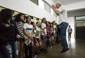 Getúlio ensinando a palavra 'jump' em aula de inglês Foto: Fernando Lemos / Agencia O Globo