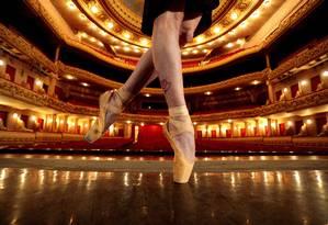 Pés de bailarina no Theatro Municipal do Rio: resultado melhor seria fruto da união de demandas corporais e mentais nas aulas de dança Foto: Roberto Moreyra