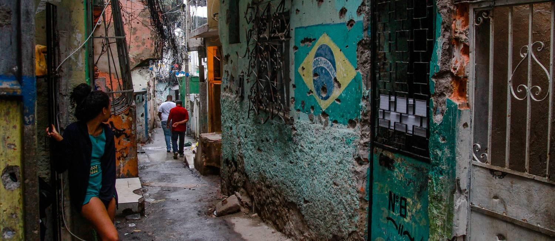 No Beco da Síria, como é conhecida a Rua Santa Teresinha, as marcas de tiros estão por todos os lados Foto: Bruno Itan / Olhar Complexo