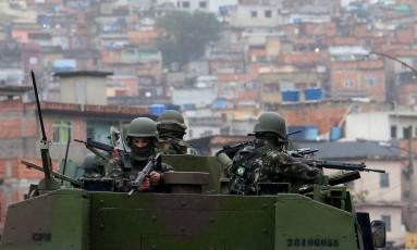Tanque do Exército em operação no Jacarezinho: dias de terror para 90 mil moradores Foto: Fabiano Rocha / Agência O Globo