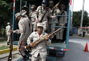 Milicianos venezuelanos desembarcam de caminhão militar durante o treinamento neste sábado Foto: Ricardo Mazalan / AP/Ricardo Mazalan