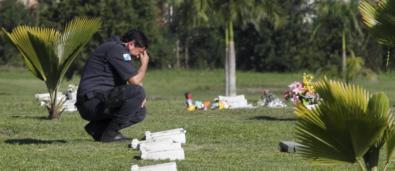Sepultamento do 99° policial militar em São Gonçalo, Mabel Machado Sampaio foi assassinado na porta de sua casa, no bairro Porto Madalena Foto: Domingos Peixoto / Agência O Globo