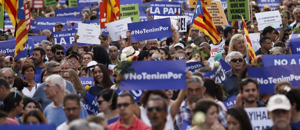 Milhares de pessoas segurando cartazes com a frase 'Não tenho medo' em catalão tomam as ruas de Barceloina em protesto contra o terrorismo neste sábado Foto: AFP/PAU BARRENA