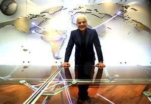 Medina em seu escritório, com o ''mapa'' do Rock in Rio: conversas com o governo federal para promover a cidade Foto: Marcelo Theobald / Agência O Globo