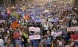 Cidadãos seguram cartazes em protesto contra o terror