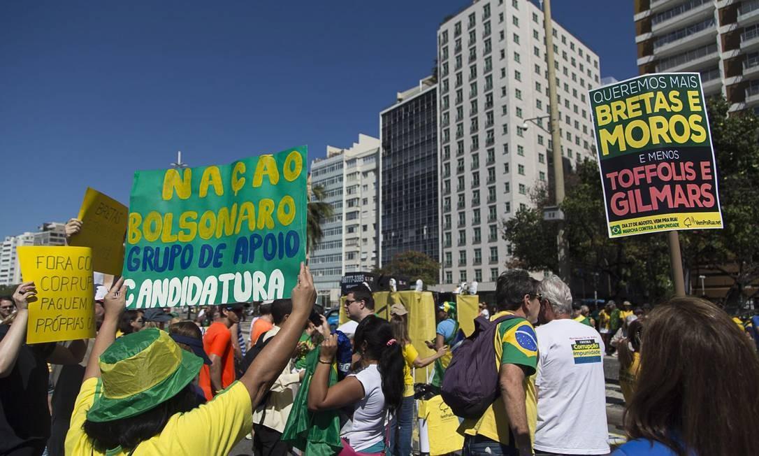 O ato foi marcado para percorrer as casas de Dilma, Pezão, Cabral e Aécio Foto: Leo Martins / Agência O Globo