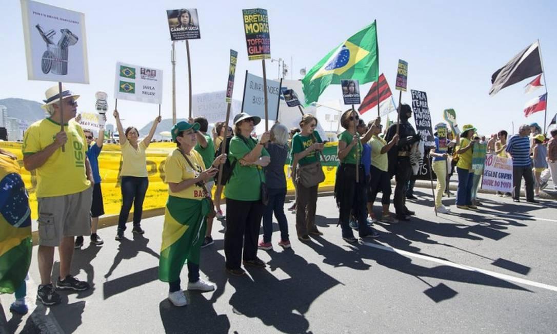 O ato começou na Avenida Atlântica, na altura da Rua Souza Lima, em Copacabana Foto: Leo Martins / Agência O Globo