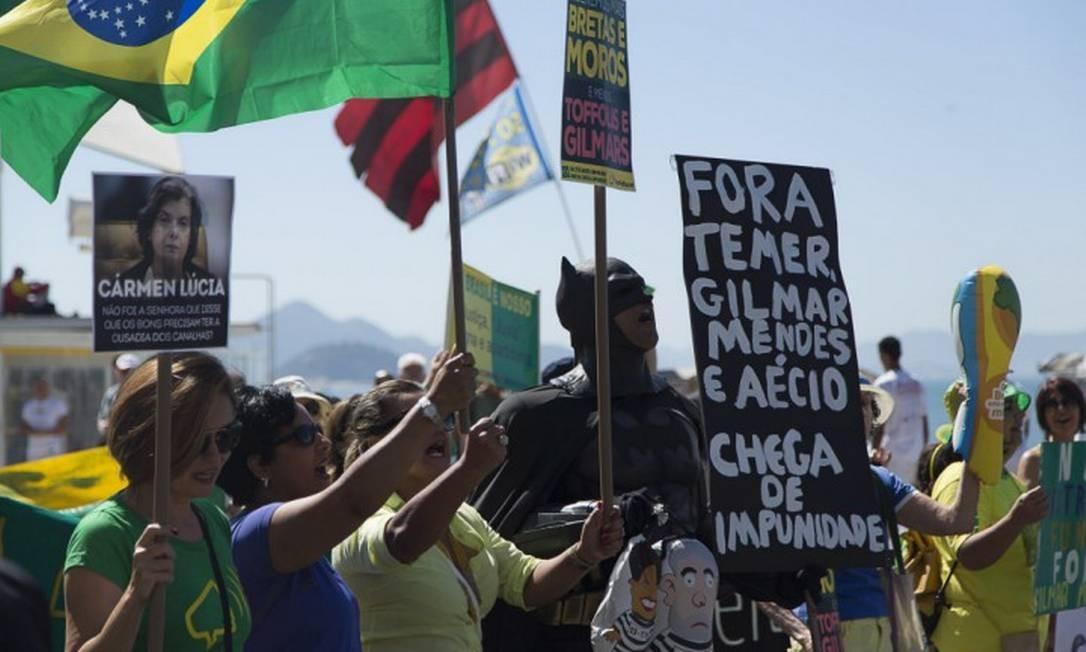 """Integrantes do movimento 'Vem Pra Rua' iniciaram pouco antes das 11h deste domingo, uma caminhada que batizaram de """"circuito dos corruptos"""" Foto: Leo Martins / Agência O Globo"""