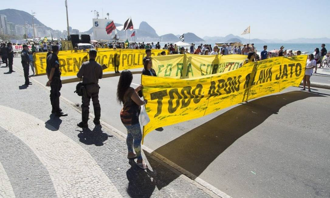 Os manifestantes gritavam palavras de ordem contra praticamente todos os políticos citados nas investigações da Lava-Jato Foto: Leo Martins / Agência O Globo