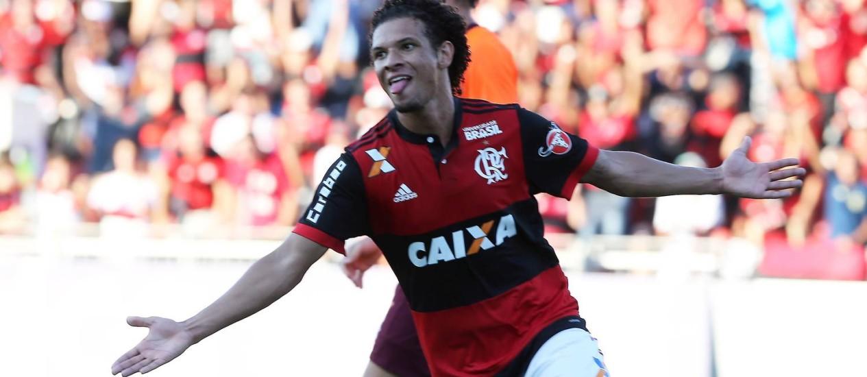 Willian Arão marcou o segundo gol na vitória do Flamengo sobre o Atlético-PR Foto: Guilherme Pinto / Agência O Globo