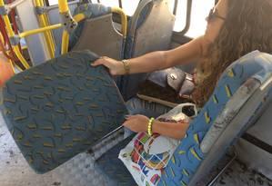 Ana Paula segura banco solto de ônibus da linha 865 Foto: Gustavo Goulart