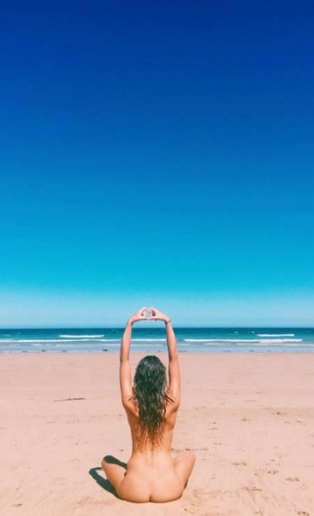 """A """"ioga conecta mente, corpo e espírito. Fazer isso nu em um ambiente seguro apenas aumenta esses sentimentos"""", disse ela Foto: Reprodução Instagram @thenudeblogger"""