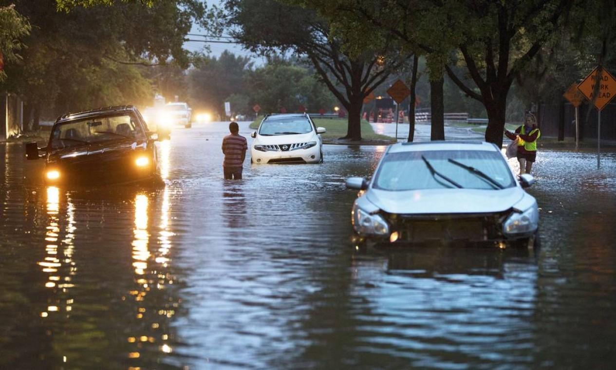 Vários veículos ficaram presos com as enchentes em Houston Foto: ERICH SCHLEGEL / AFP