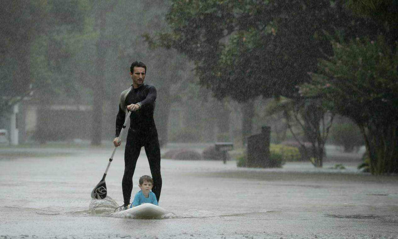 Alexendre Jorge retira o menino Ethan Colman, de 4 anos, de uma área inundado em Houston, Texas Foto: Charlie Riedel / AP