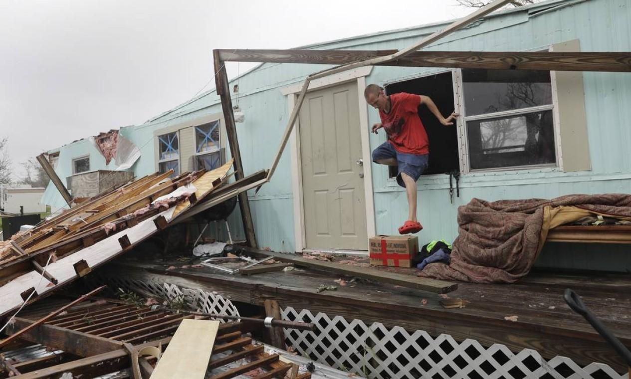 Homem deixa sua casa destruída pela janela em Rockport, Texas Foto: Eric Gay / AP