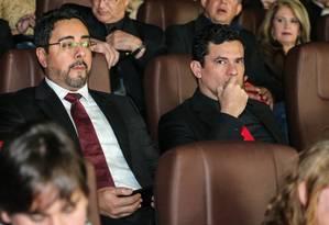 Os juízes Marcelo Bretas (à esq.) e Sergio Moro assistem à pré-estreia do filme 'Polícia Federal - a lei é para todos', em Curitiba Foto: Geraldo Bubniak