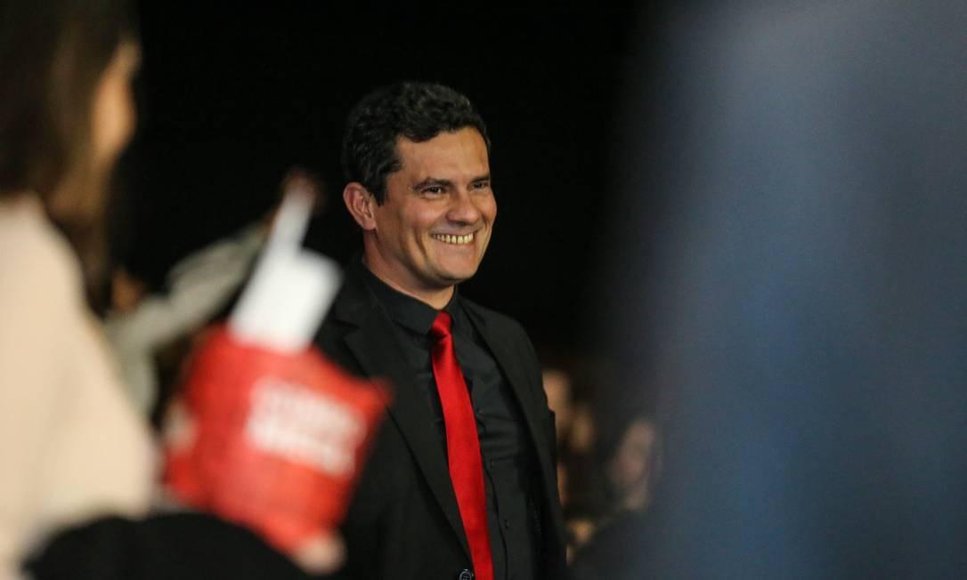 O juiz Sergio Moro entra na sala de cinema onde foi exibida a pré-estreia do filme sobre a Lava-Jato Foto: Geraldo Bubniak/O Globo