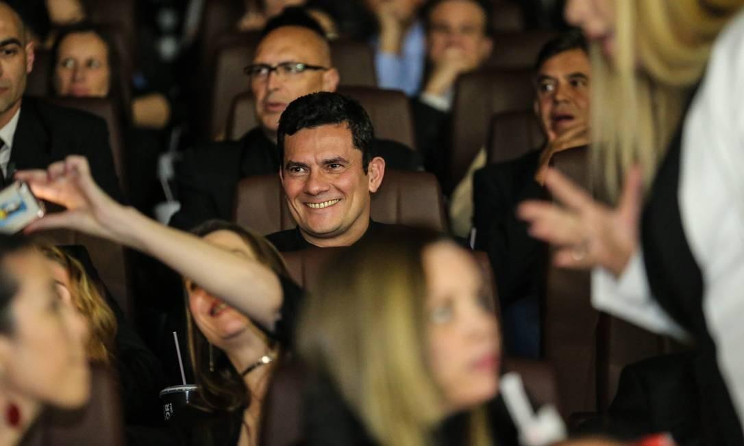 """Desde a sua chegada ao cinema e durante toda a exibição do filme """"Polícia Federal - a Lei é para todos"""", Moro foi tietado pela plateia Foto: Geraldo Bubniak/O Globo"""