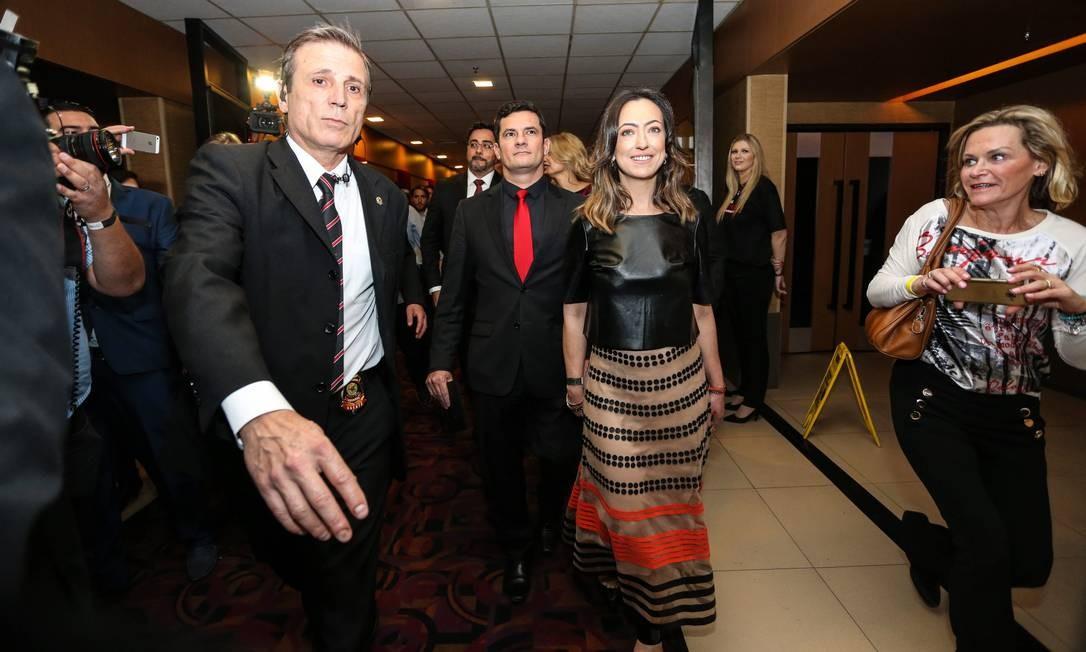 Com segurança reforçada, o juiz Sergio Moro chega ao cinema acompanhado de sua mulher Foto: Geraldo Bubniak/O Globo