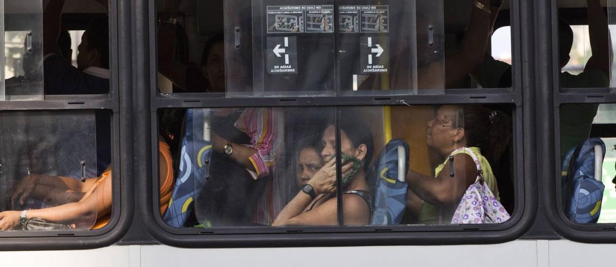 Ônibus sem ar condicionado circula pelas ruas do Rio Foto: Guito Moreto / Agência O Globo