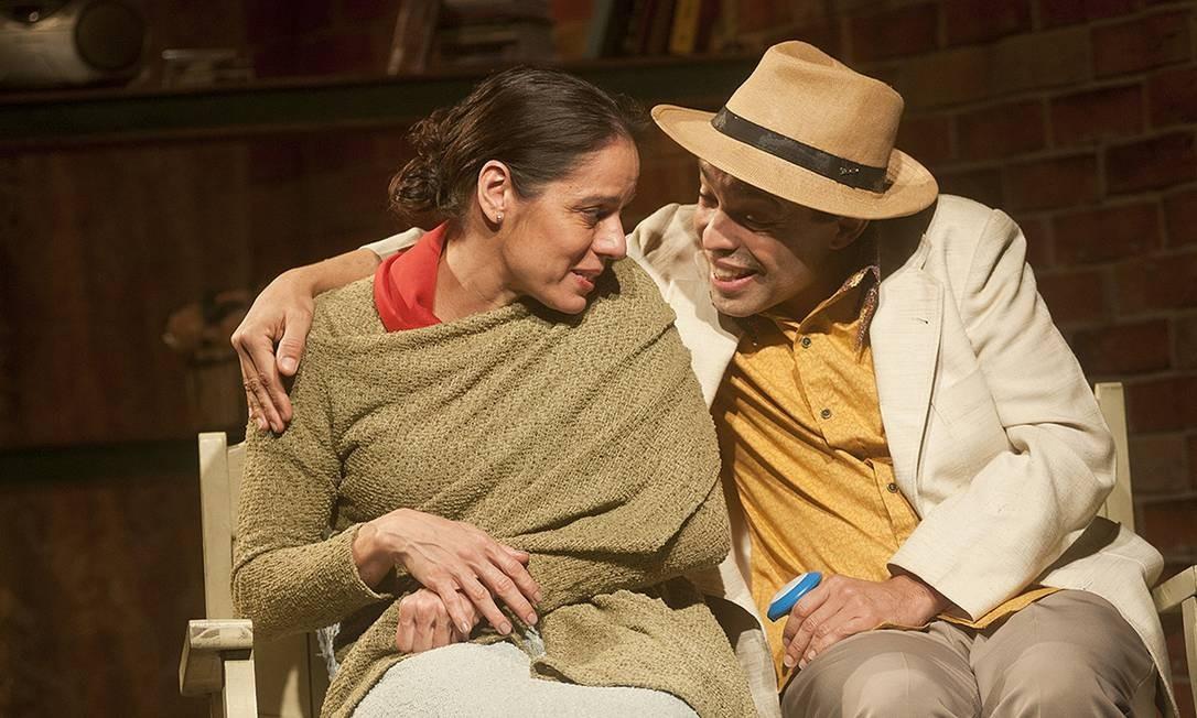 'A vida passou por aqui': Claudia Mauro e Édio Nunes estrelam a peça no Teatro Glaucio Gill Foto: Dalton Valerio / Dalton Valerio