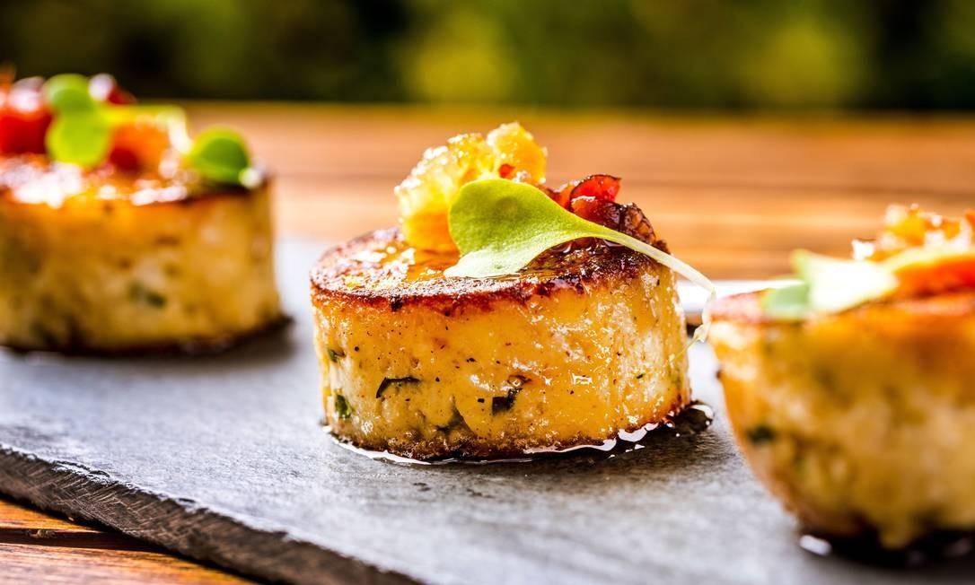 No Riso Bistrô, o Canapê Z do chef João Fankenfeld é feito na base de pão e especiarias, com geleia de bacon e perfume de pimenta dedo de moça (R$ 19, 5 unidades). Foto: Divulgação / Filico / Divulgação / Filico