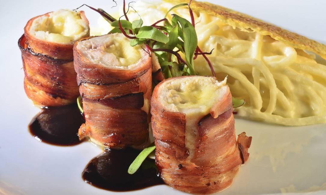 No Mauá, o frango envolto com bacon é recheado com queijo, manteiga ao vinagrete de tamarindo e passas de caju. Acompanha fetucine de pupunha ao molho de queijo coalho (R$49,50). Foto: Divulgação / Sérgio Pagano / Divulgação / Sérgio Pagano