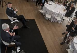 Jornalistas e participantes do seminário fazem perguntas ao procurador-geral sobre detalhes das investigações Foto: Adriana Lorete / Agência O Globo