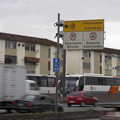Radares que controlam a velocidade na Avenida Brasil Foto: Márcia Foletto - 19/05/2017 / Agência O Globo