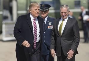 O presidente americano, Donald Trump, cumprimenta o Secretário de Defesa, James Mattis Foto: SAUL LOEB / AFP