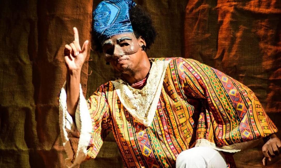 'Kwagalana – Histórias de um príncipe negro'. A peça se passa em uma África Ancestral, onde Kwagalana é apontado pelo adivinho Ifá como o futuro rei de seu povo. O menino, no entanto, é raptado e, após ser escravizado, luta para cumprir seu destino. O espetáculo cria um universo lúdico com teatro de máscara e a manipulação de objetos para ilustrar lendas africanas. Em cartaz no Teatro Café Pequeno até 24 de setembro. Foto: Divulgação / Divulgação