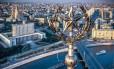 Visão aérea mostra a estrela soviética no topo do Radisson Royal, em frente à sede do governo russo, às margens do Rio Moskva, em Moscou