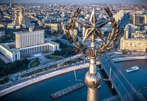 Visão aérea mostra a estrela soviética no topo do Radisson Royal, em frente à sede do governo russo, às margens do Rio Moskva, em Moscou Foto: DMITRY SEREBRYAKOV / AFP