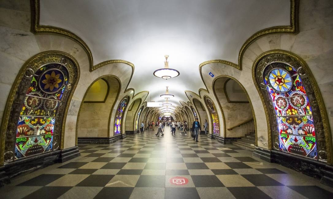 As impressionantes estações do metrô, como a Novoslobodskaya, também são herança do período soviético na capital russa Foto: Alexander Zemlianichenko / AP