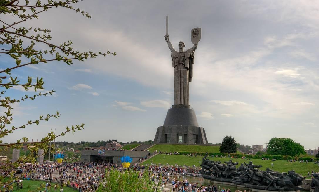 """Fora da Rússia, é possível ver monumentos soviéticos pelos antigos países da URSS. O maior da Ucrânia fica em Kiev: a estátua de aço """"Pátria-Mãe"""" alcança 102 metros de altura. Foto: Matthew Shalvatis / Wikimedia Commons"""